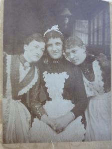 Urgroßmutter Anna mit Freundinnen